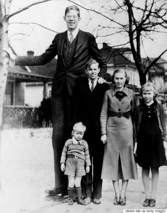(GERMANY OUT) Robert Wadlow, 2.80 m tall, Illinois USA. With his brothers and sisters. 1936 (Photo by ullstein bild/ullstein bild via Getty Images)