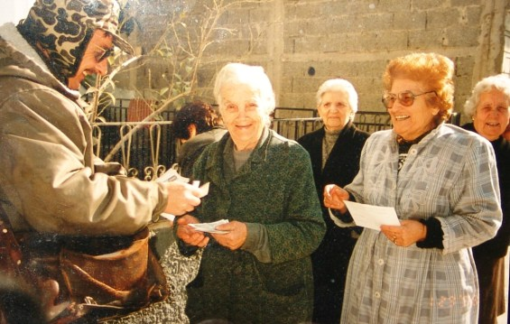 Καταβάλλοντας συντάξεις σε γιαγιάδες στο δρόμο