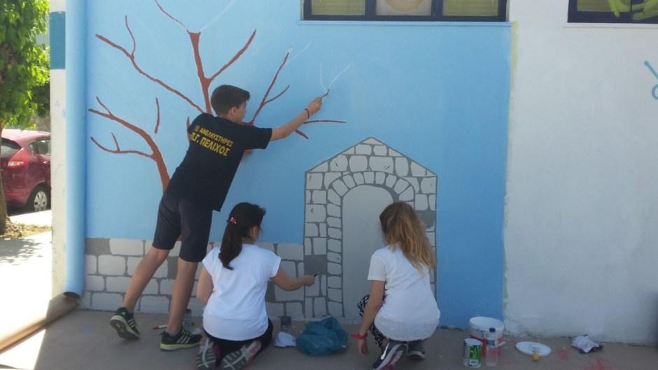 Μαθητές ετοιμάζουν τον τοίχο της καλοσύνης
