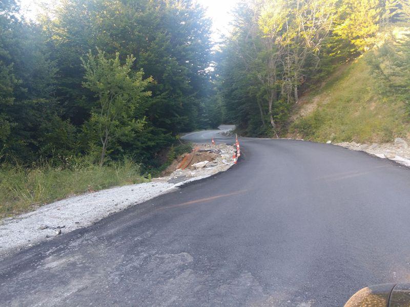 Το σημείο του δρόμου προς Κισσό στο ύψος των λιφτ του Χιονοδρομικού Κέντρου. Έριξαν λίγη άσφαλτο, αλλά το σημείο είναι επικίνδυνο, γιατί είναι στενό