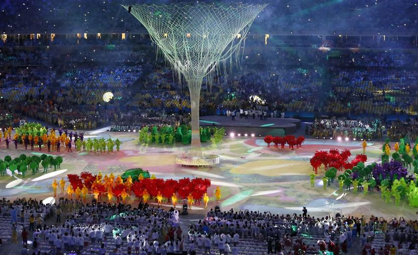 epa05506334 Artists perform as fireworks go off during the Closing Ceremony of the Rio 2016 Olympic Games at the Maracana Stadium in Rio de Janeiro, Brazil, 21 August 2016. EPA/MICHAEL REYNOLDS