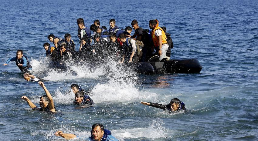 Afghan refugees struggle to swim ashore after their dinghy with a broken engine drifted out of control off the Greek island of Lesbos while crossing a part of the Aegean Sea from the Turkish coast September 19, 2015. REUTERS/Yannis Behrakis TPX IMAGES OF THE DAY