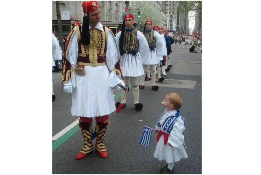 Με μια τρυφερή φωτογραφία η Ευρωπαϊκή Επιτροπή τιμά την εθνική επέτειο