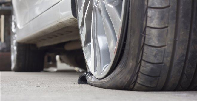 Σχίζει τα λάστιχα αυτοκινήτων στον Βόλο