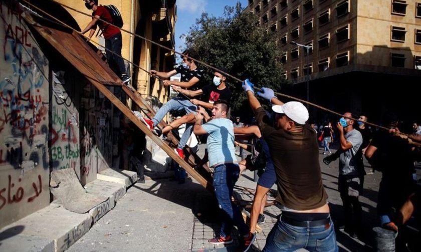 Λίβανος-εκρήξεις: Έφοδος διαδηλωτών στο υπ. Εξωτερικών – Πυροβολισμοί στη Βηρυτό