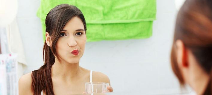 Έχεις κι εσύ μια δυσάρεστη μεταλλική γεύση στο στόμα; -Να τι μπορεί να σημαίνει