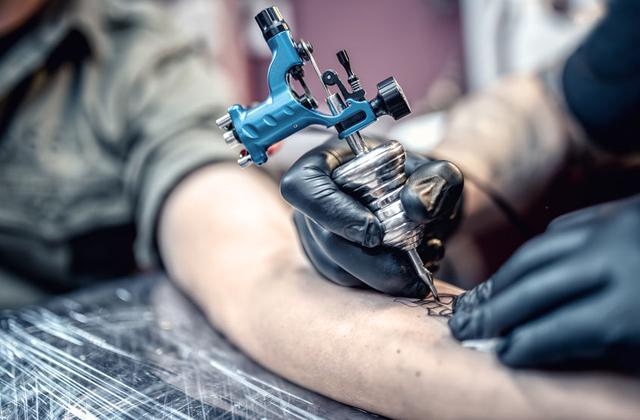 ΒΟΛΟΣ: Χειροπέδες σε 35χρονη που βαρούσε τατουάζ στο σπίτι της χωρίς άδεια