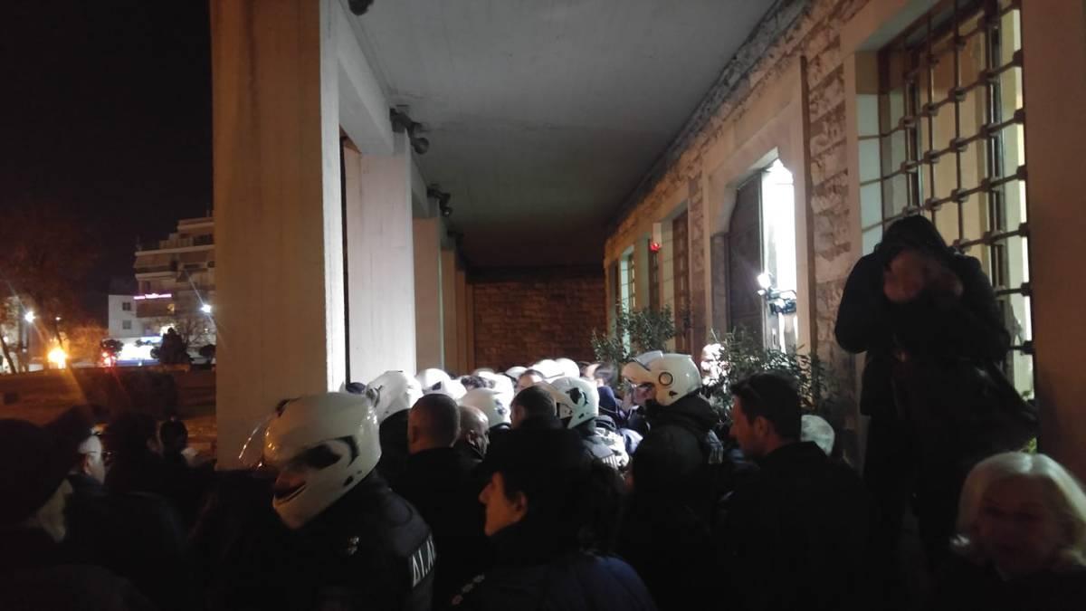 ΒΙΝΤΕΟ - ΒΟΛΟΣ: ΜΑΤ και βία με τραυματίες έξω από το Δημαρχείο όπου μιλούσε ο Σκουρλέτης