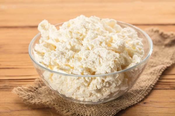 الجبن المنزلية محلية الصنع في وعاء