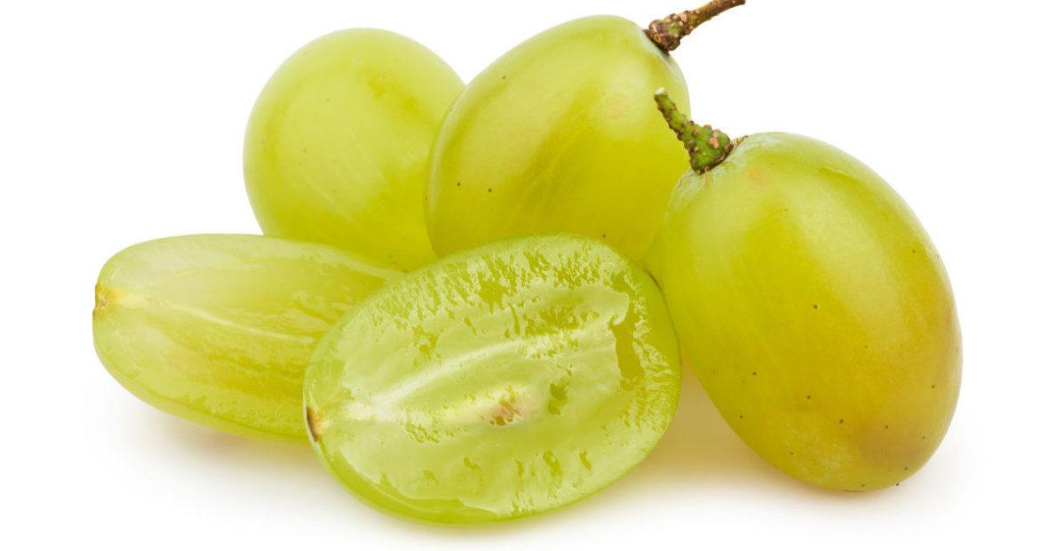 كامل وقطع العنب الفواكه