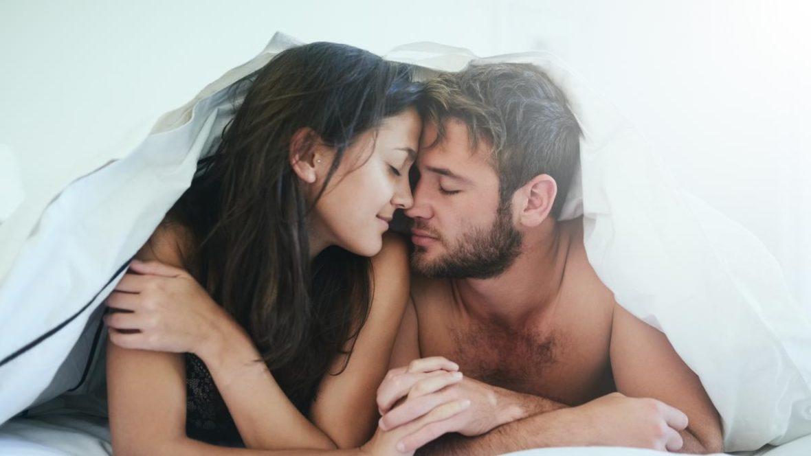 девушка и парень под одеялом