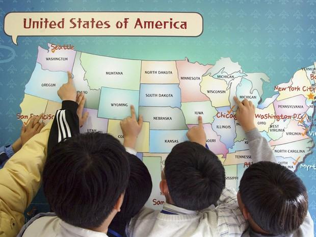 Estudantes sul-coreanos fazem exercício em aula de inglês (Foto: Getty Images)