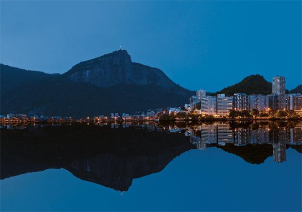 DA JANELA, VÊ-SE... ...o Corcovado, refletido na Lagoa Rodrigo de Freitas, no Rio de Janeiro. Alguns dos bairros mais valorizados  da cidade, como Ipanema, Leblon  e a própria Lagoa, estão a suas margens  (Foto: Silvestre Machado/Getty Images)