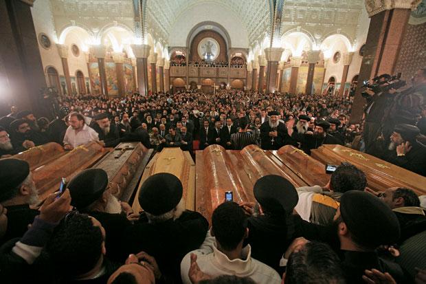 DOR Centenas de cristãos egípcios velam as vítimas de um ataque  à bomba contra uma igreja em Alexandria,  em janeiro de 2011, que deixou 23 mortos  (Foto: Cai Yang/Xinhua Press/Corbis)