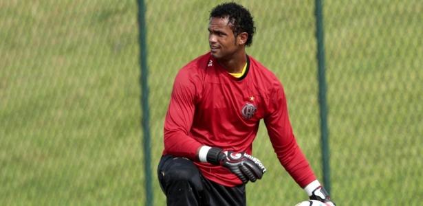https://i1.wp.com/e.i.uol.com.br/esporte/futebol/2010/03/07/goleiro-bruno-em-acao-durante-o-treinamento-do-flamengo-1267990788695_615x300.jpg