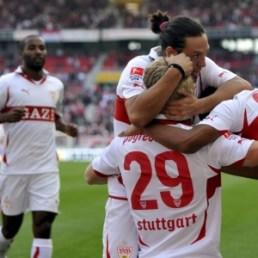 jogadores do stuttgart comemoram um dos gols da goleada de 7 a 0 sobre o borussia moenchengladbach