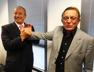 Diretor da RedeTV! e Fábio Koff; presidente do Clube dos 13 assinou o contrato por oito clubes
