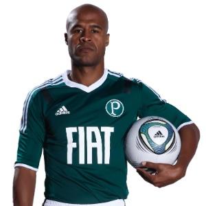 Marcos Assunção posa com uma das novas camisas do Palmeiras em foto de divulgação. Durante o evento de lançamento, ele ficou com este mesmo semblante fechado, jeito que encontrou para disfarçar a vergonha de desfilar