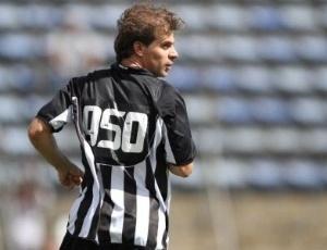 Túlio com a camisa comemorativa do gol número 950: objetivo é chegar ao milésimo em 2012