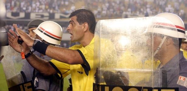 Cleber Abade deixa o campo escoltado após clássico Santos x Corinthians em 2005