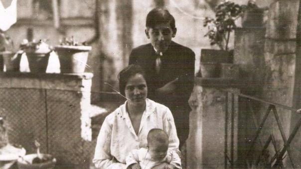 Mariátegui con esposa e hijo en Italia