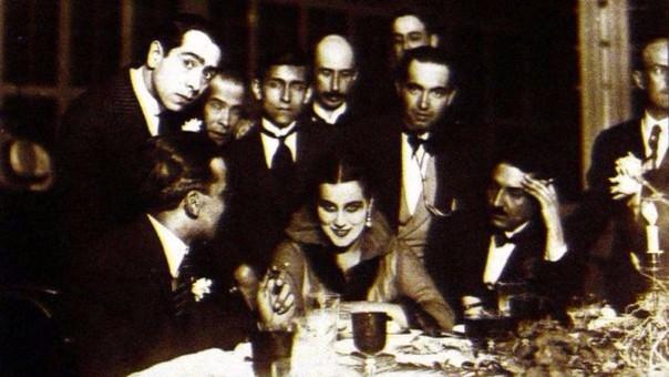 José Carlos Mariátegui junto a Abraham Valdelomar, la bailarina rusa Norka Rouskaya en 1917
