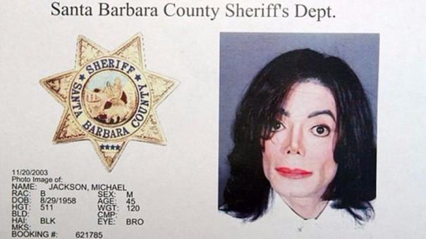Foto tomada a Micahel Jackson por la Policía de Santa Bárbara en el 2003, poco después de que se hallen las pruebas en su casa