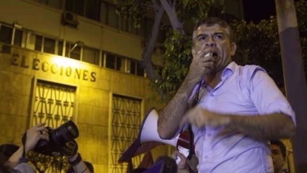 Julio Guzmán durante un plantón frente a la sede del JNE luego de que se le abriera un proceso de exclusión en ese organismo electoral.
