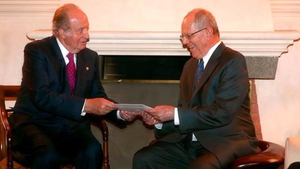El presidente electo Pedro Pablo Kuczynski con el rey emérito Juan Carlos de España a pocas horas de la toma de posesión de PPK como mandatario de la República.