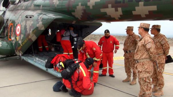 La aviación del Ejército colaboró con el puente aéreo para trasladar a los bomberos rescatistas.