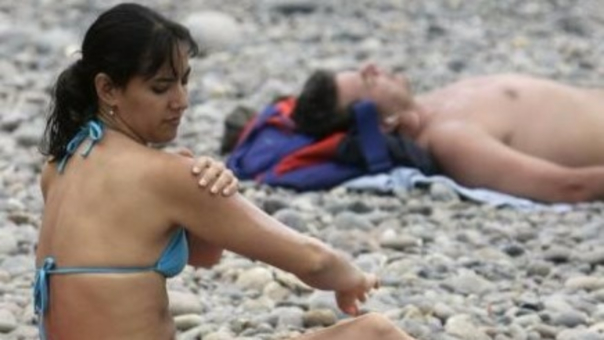 La exposición a los rayos UV es el principal causante del melanoma, que genera cáncer a la piel.