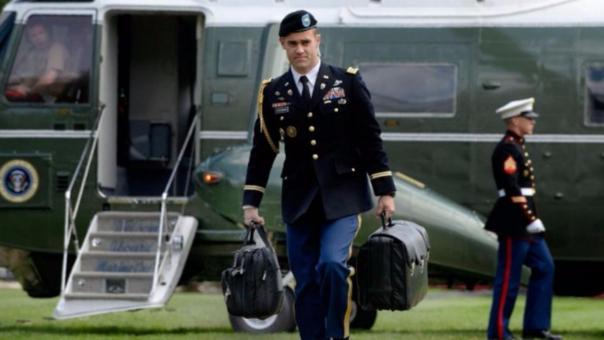 Un militar es el encargado de transportar los códigos nucleares.
