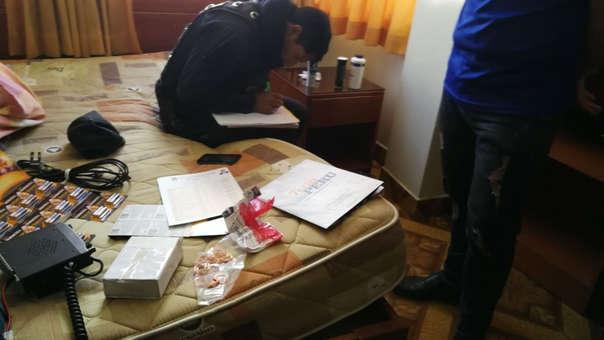 La Policía detuvo a tres personas en un hotel cerca de la universidad, donde habían instalado radios, celulares, exámenes  pasados y una relación de postulantes, a quienes les dictaban las respuestas..