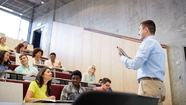 Aunque los títulos y reconocimientos en la materia son importantes, también es recomendable averiguar si los docentes cuentan con experiencia previa enseñando.