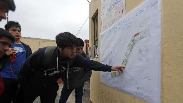 Alumnos se informan sobre la toma cerca a la puerta 3 de la Universidad San Marcos