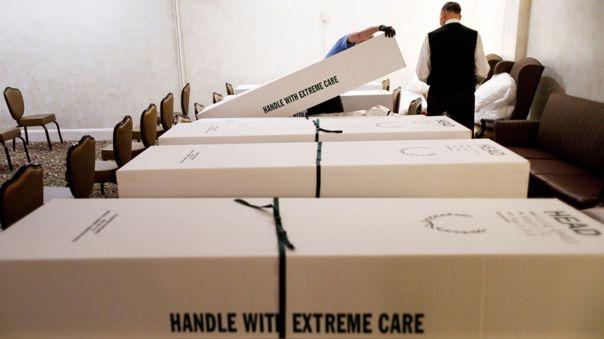 Trabajadores de una funeraria en Queens, Nueva York, revisan los papeles de algunos de los cadáveres que reciban para entierros o cremación.