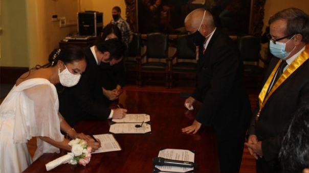 Kenji Fujimori y Erika Muñoz firman el acta de matrimonio en la Municipalidad de Miraflores.