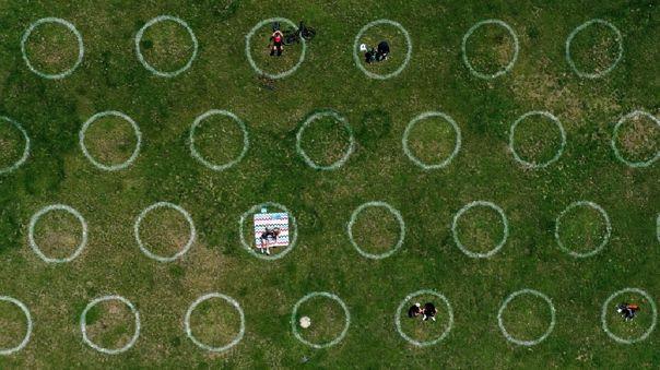 Círculos pintados para la distancia social en el paseo del Rin en Duesseldorf, Alemania.