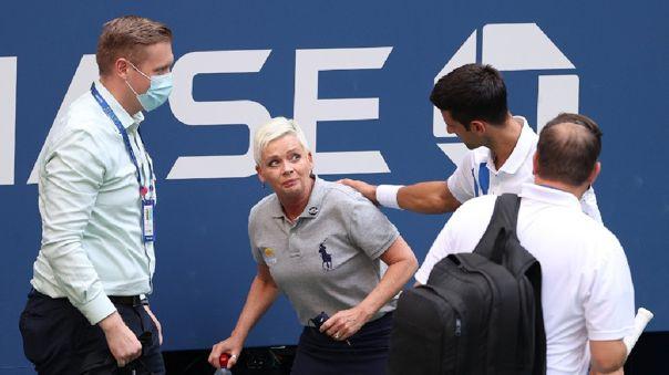Novak Djokovic sacó la pelota de su bolsillo y la tiró a la pared, pero no se dio cuenta que estaba la jueza.