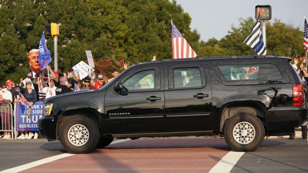 La camioneta que lleva abordo a Donald Trump pasa ante un grupo de simpatizantes del presidente y candidato para la reelección a la Casa Blanca.