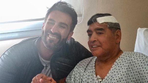 Esta fotografía es el día que salió de alta tras la operación a la cabeza. En la imagen con su médico.