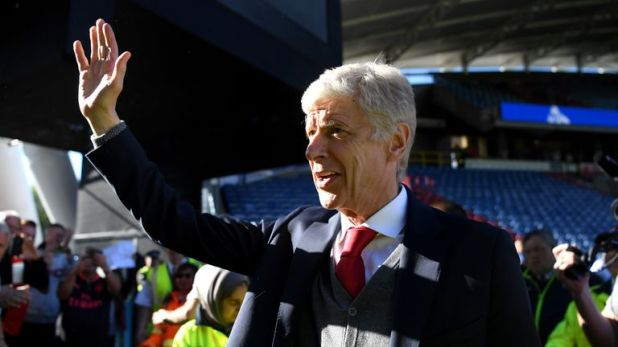 Arsene Wenger says goodbye to Arsenal fans after her last match