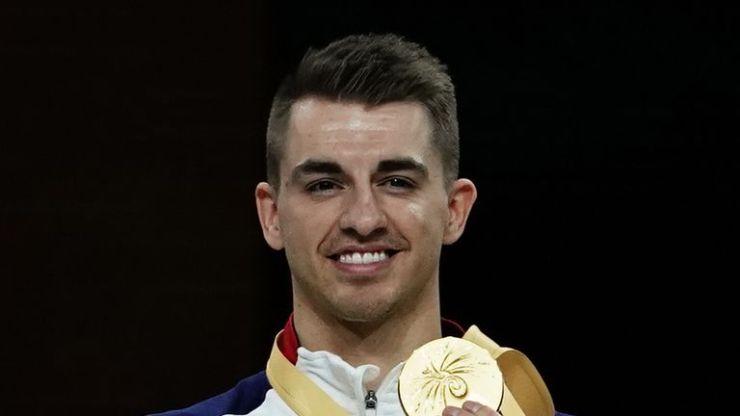 Max Whitlock posa con su medalla de oro