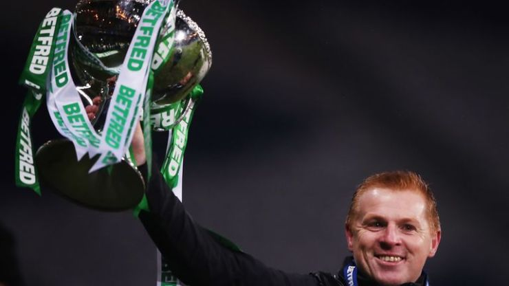 El manager celta Neil Lennon levanta la Copa de la Liga Escocesa