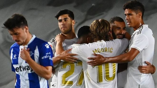 Real Madrid players celebrate Karim Benzema's opening goal against Alaves