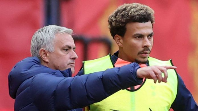 Tottenham Hotspur's Portuguese head coach Jose Mourinho (L) speaks to substitute Tottenham Hotspur's English midfielder Dele Alli during the English Premier League football match between Manchester United and Tottenham Hotspur at Old Trafford in Manchester, north west England, on October 4, 2020.