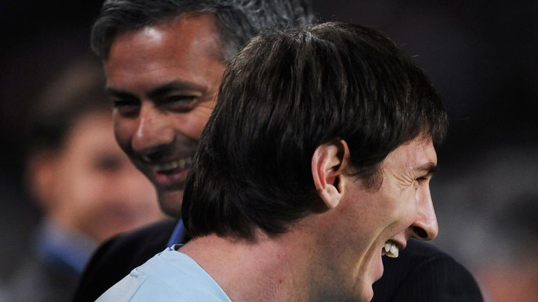 BARCELONA, SPAIN - NOVEMBER 24:  Lionel Messi (R) of FC Barcelona smiles backdropped by Inter Milan coach Jose Mourinho as prepares to watch from the sidelines due to an injury prior to the start of the UEFA Champions League group F match between FC Barcelona and Inter Milan at the Camp Nou Stadium on November 24, 2009 in Barcelona, Spain.  (Photo by Jasper Juinen/Getty Images)