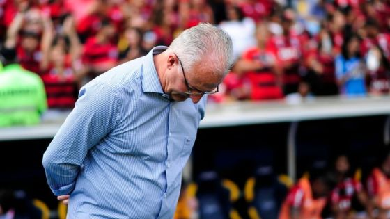 O técnico Dorival Junior, do Flamengo, em ação durante uma partida entre Flamengo e Santos da Série A do Brasileiro de 2018 no Estádio do Maracanã em 15 de novembro de 2018 no Rio de Janeiro, Brasil.