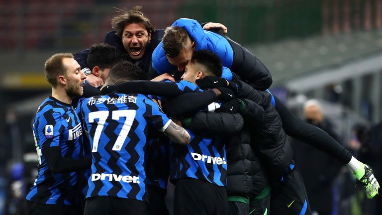 Inter Milan players celebrate with Antonio Conte during the victory