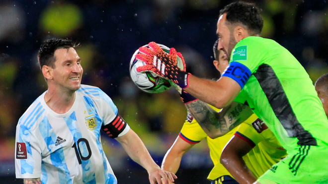 Messi y Ospina, cara a cara en el juego de anoche en Barranquilla.